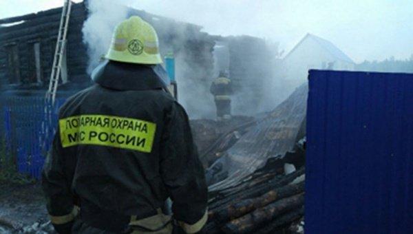 Трех человек спасателям удалось вывести из горящего дома.
