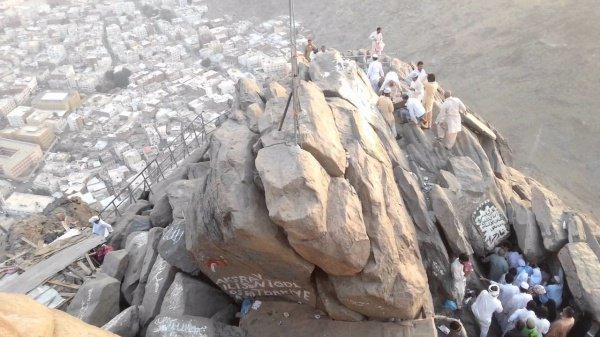 Мухаммад (мир ему) уединялся в пещере Хира и проводил время в размышлениях.