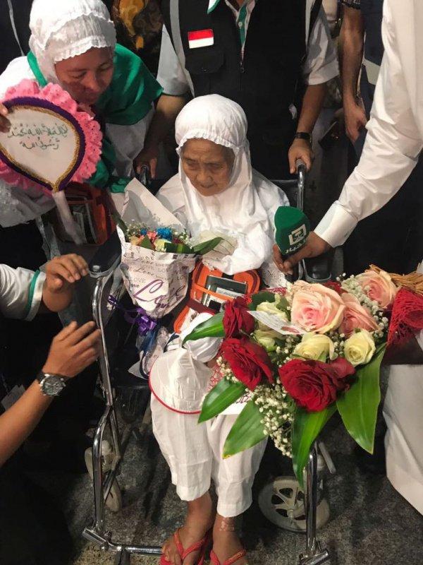 В аэропорту Джидды встретили 104-летнюю паломницу из Индонезии