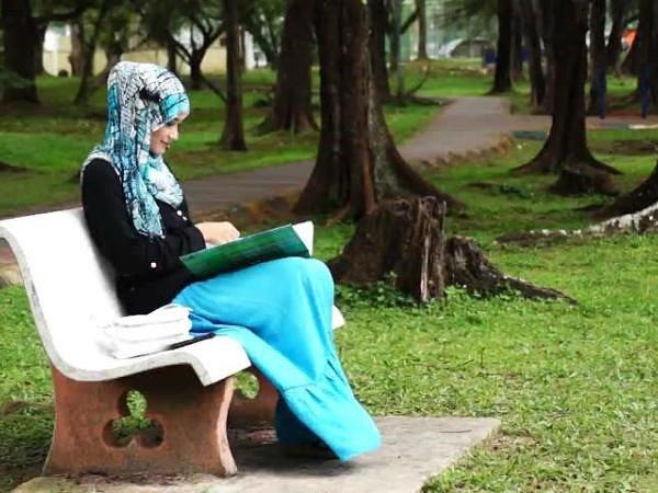 Женщина во время месячных может читать суру аль-Фатиха, с намерением чтения дуа.