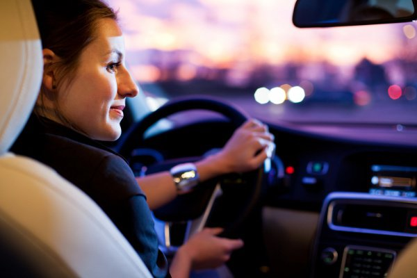 Взрослые женщины-водители, а также те, кто способен себя контролировать, отвлекаются от вождения гораздо меньше