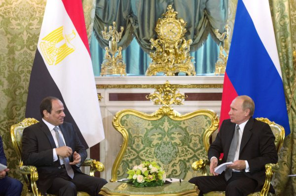 ПрезидентРФ прилетел вЕгипет навстречу сАбдул-Фаттахом Ас-Сиси