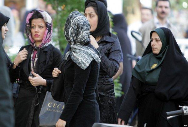 Женщинам в Иране запрещено появляться на улице без платка.