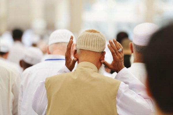 Прикосновение большими пальцами к мочкам ушей и произнесение такбира означает, что нет ничего более великого, чем Бог, которому одному лишь поклоняются.