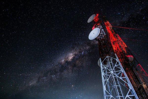 Такие таинственные «сигналы инопланетян» (FRB) были отмечены в 2007 году посредством телескопа Паркс (Австралия)