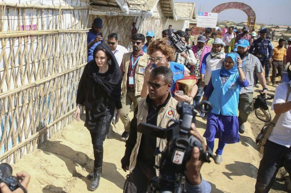 Анжелина Джоли в лагере беженцев рохинджа.